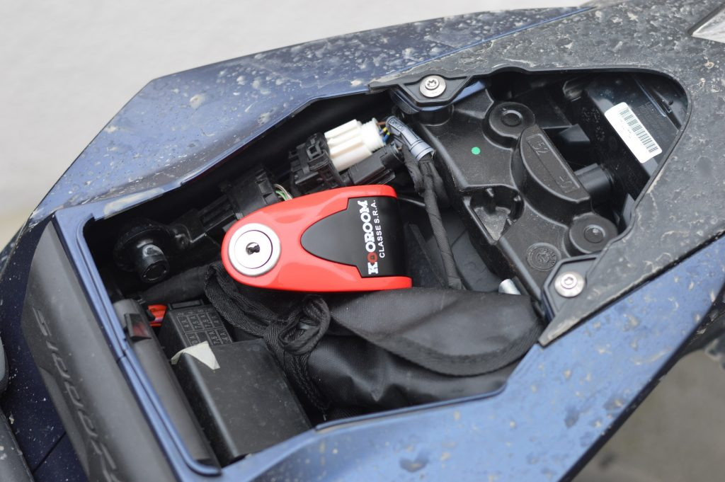 L'antivol Kooroom Protect Disc Alarm SRA dans le coffre d'une BMW S1000R