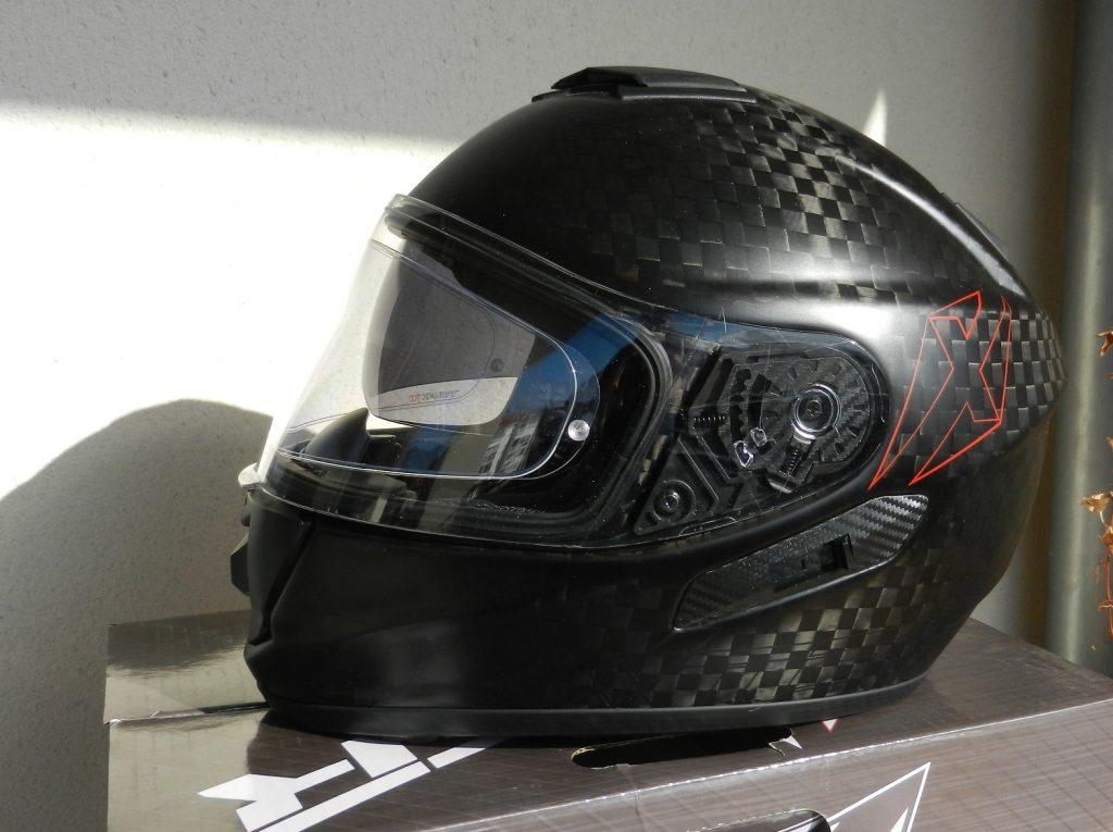 Un casque léger et bien fini, mais plutôt étudier pour les motards en position droite, façon routière ou trail