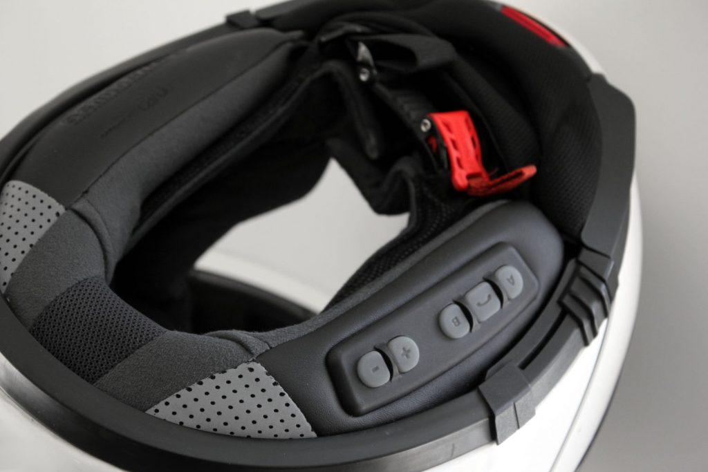 Le kit de communication intégré est prévu pour se fondre dans le casque auquel il se destine