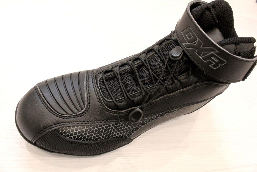 Les chaussures disposent d'un système de laçage rapide