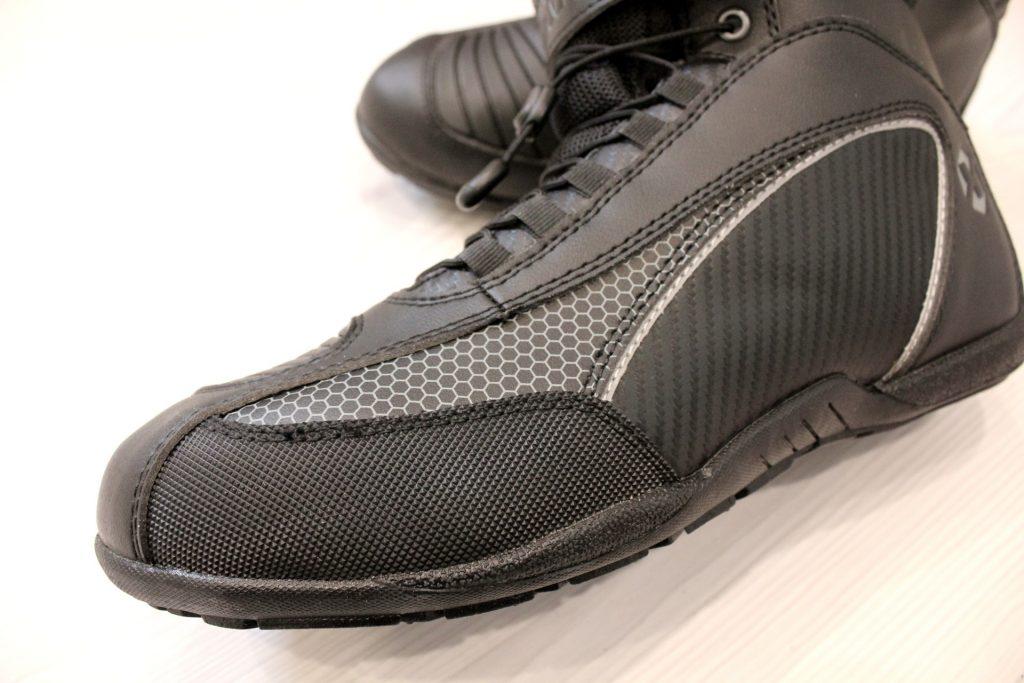 La pointe est garnie de protections en caoutchouc permettant de protéger la chaussure