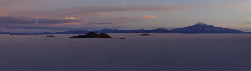 Imaginez une surface magnifiquement blanche de 100 km de diamètre, parsemée de cactus, entourée d'innombrables sommets lointains…