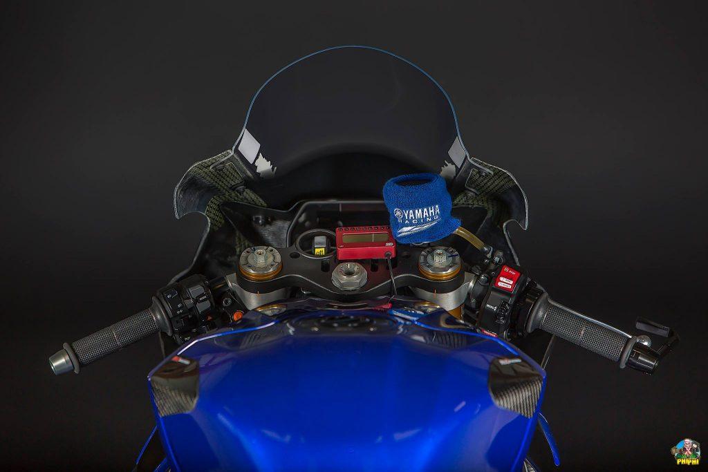 Le poste de pilotage change peu par raooprt à une Yamaha R1 de série