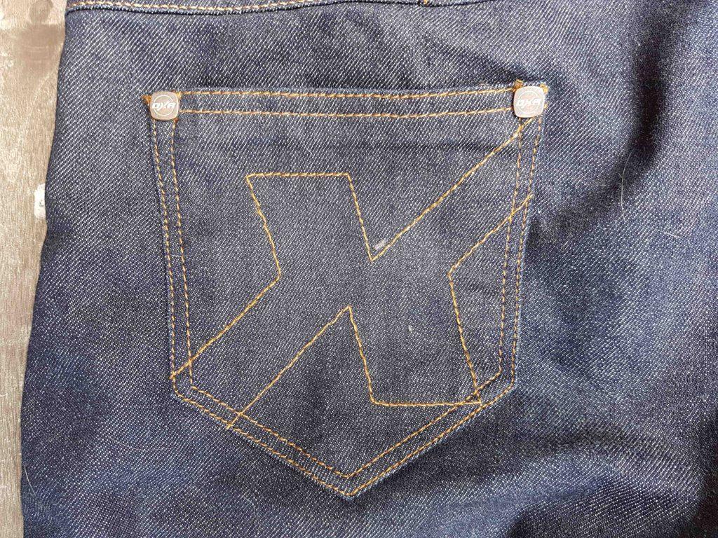 Détail des poches arrières du jean Karen DXR