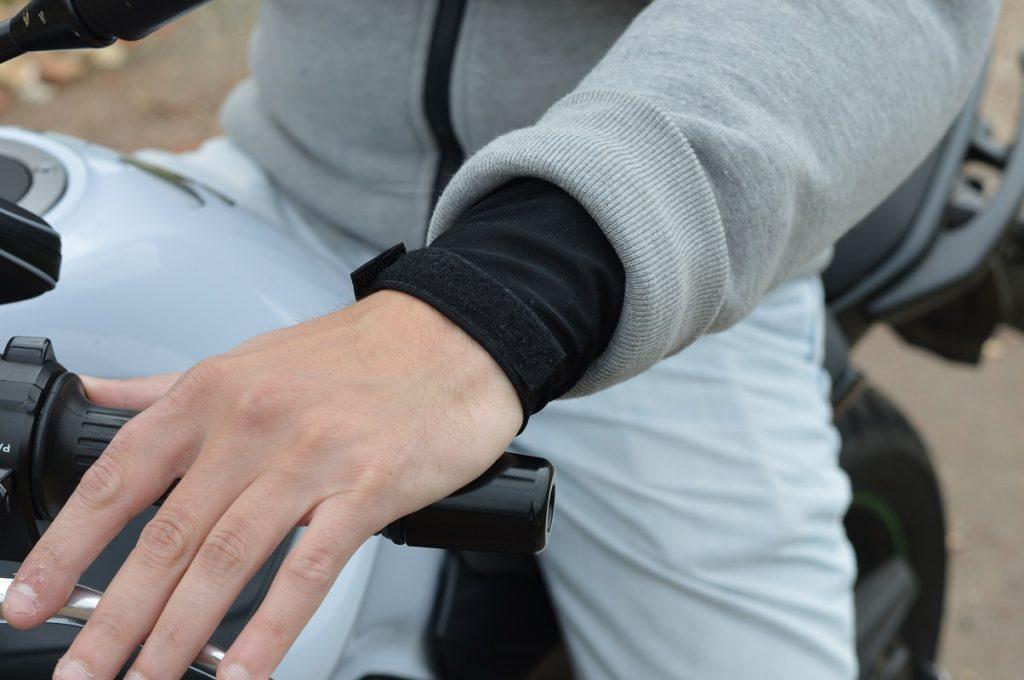 La doublure protectrice aux poignets est ajustable