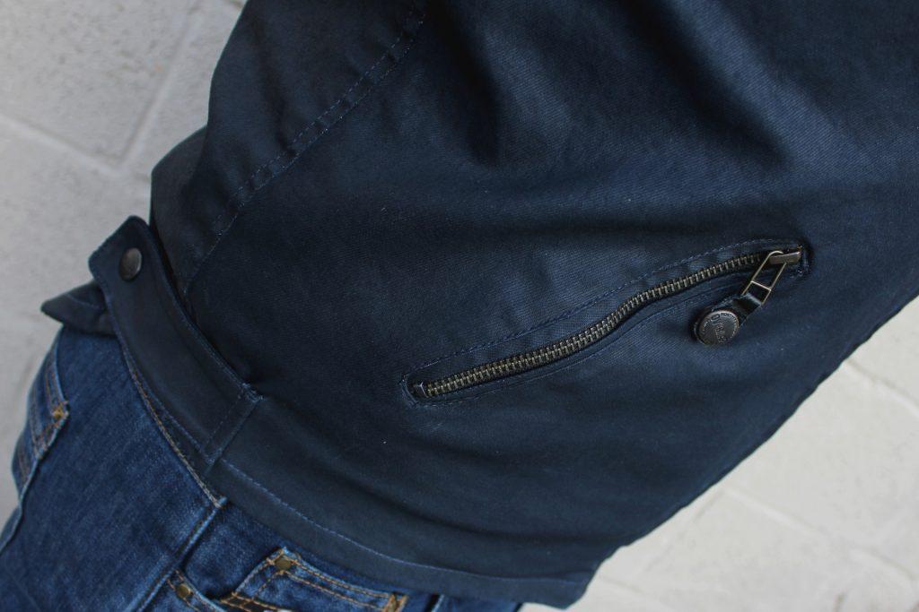 Zoom sur une des poches latérales et le réglage à la taille par pression