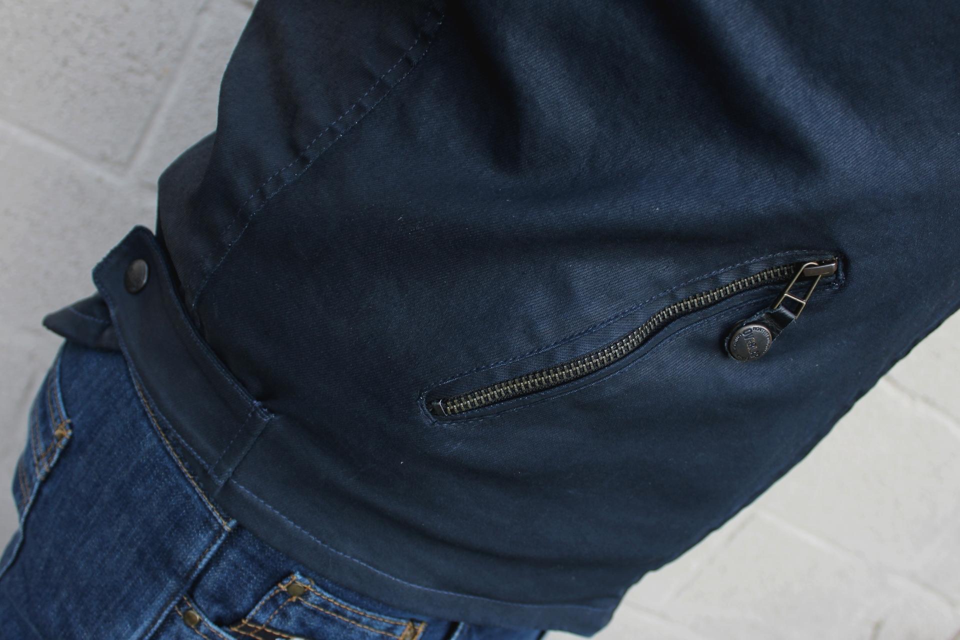 Détail poche et réglage taille