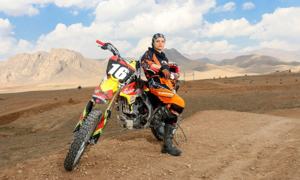 Behnaz Shafiei pose à côté de sa moto – Photo © Mohammad Moheimany/jamejamimage.ir