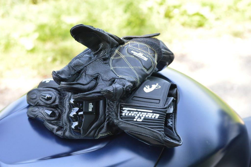 Zone grip et propriétés anti-abrasion de cette paire de gants racing