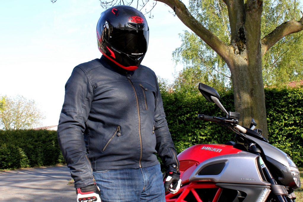 Vue de face du blouson Overlap Garry, un blouson moto tendance et discret