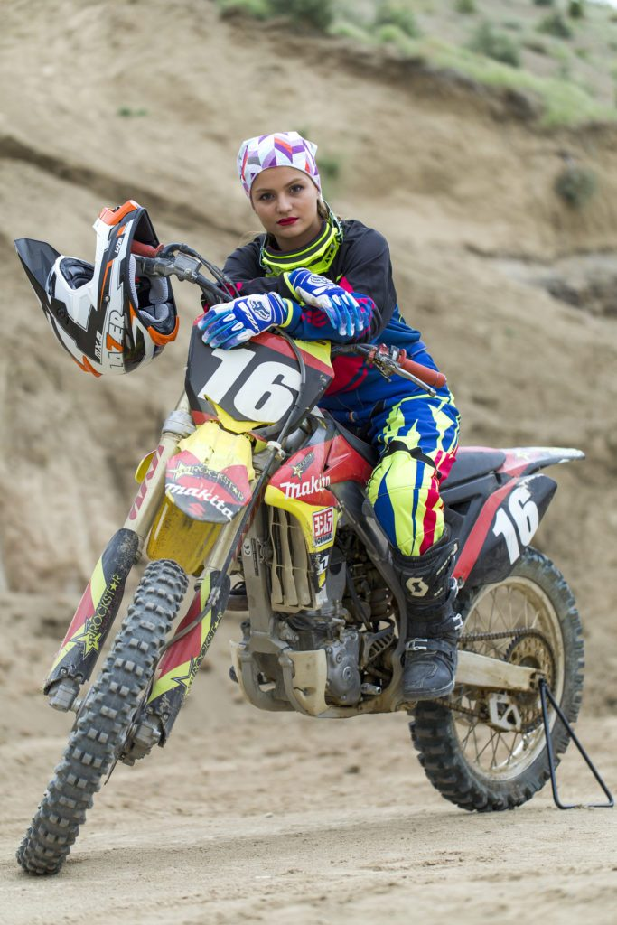 Behnaz Shafiei, une pionnière de la cause féminine. Son outil : la moto cross !