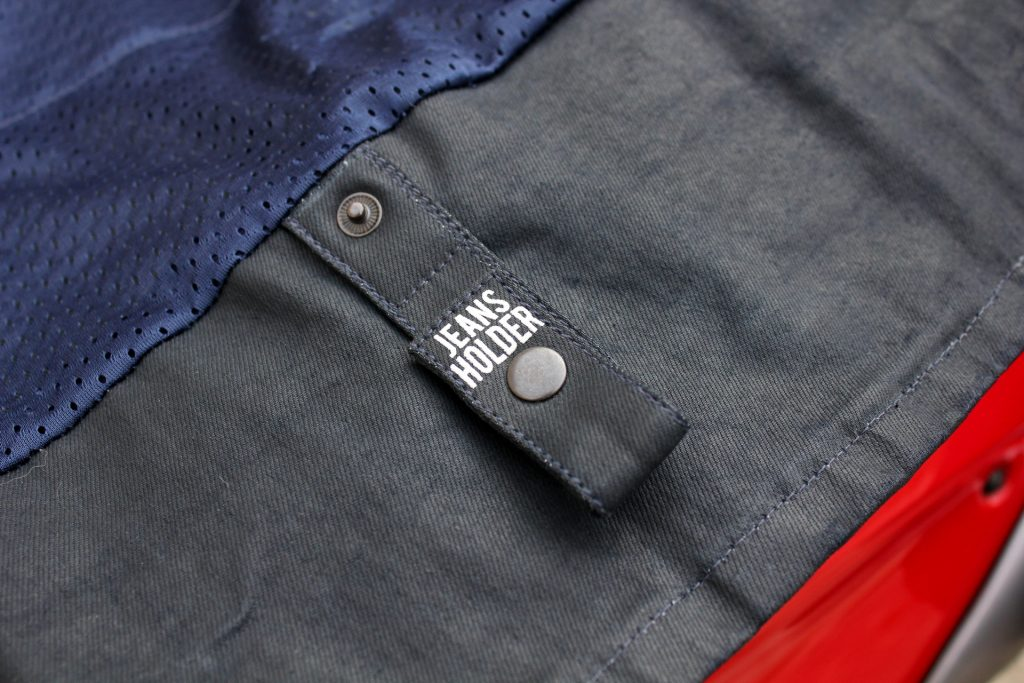 L'astucieux «Jeans Holder» permettant de fixer le blouson à une ceinture