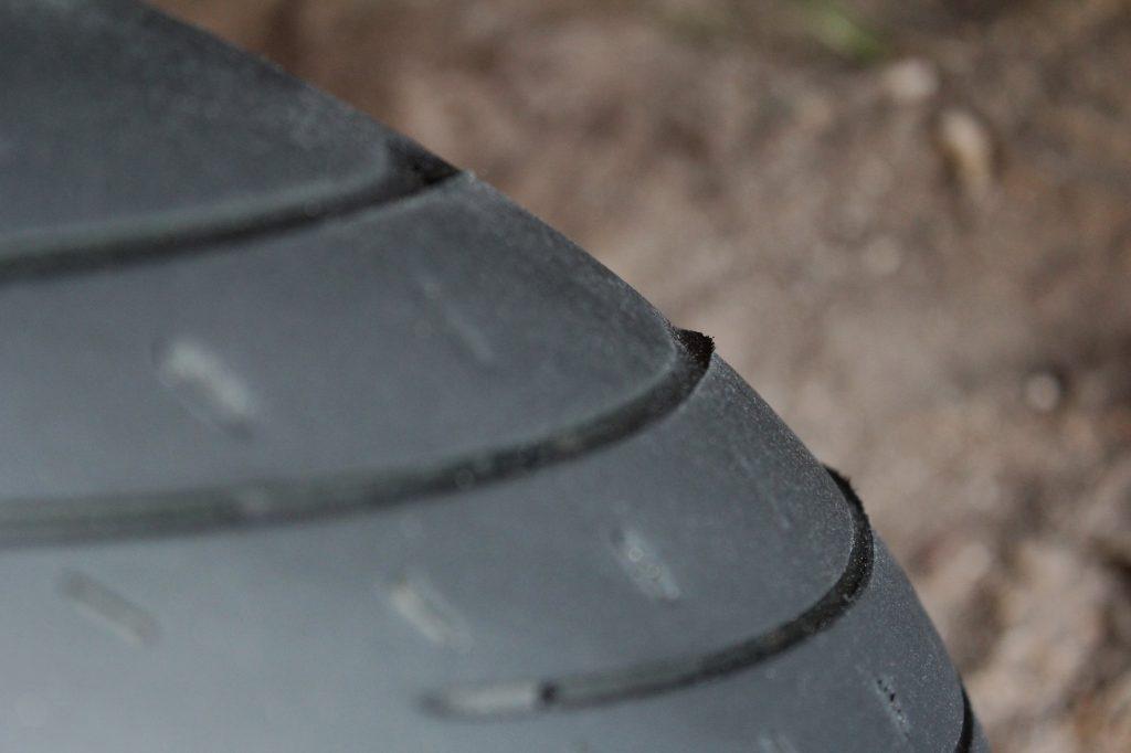 Usure en escalier sur les bords de mes pneus Metzeler Roadtec 01