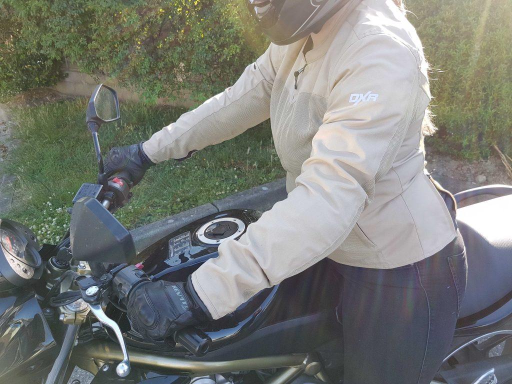 Le blouson DXR LYLY en position de conduite