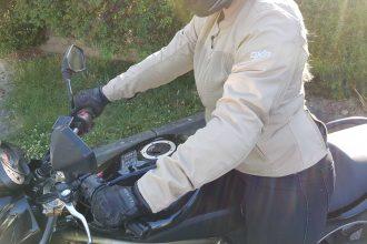 Blouson DXR LYLY en position de conduite