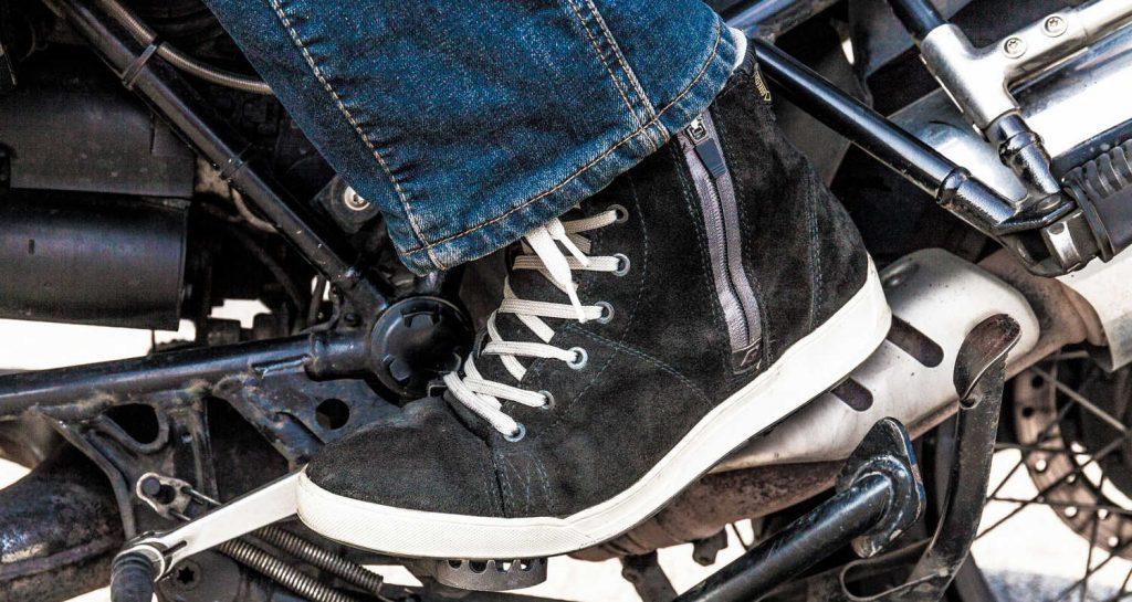 Les baskets moto s'avèrent certes moins protectrices que des bottes, mais plus confortables et plus pratiques