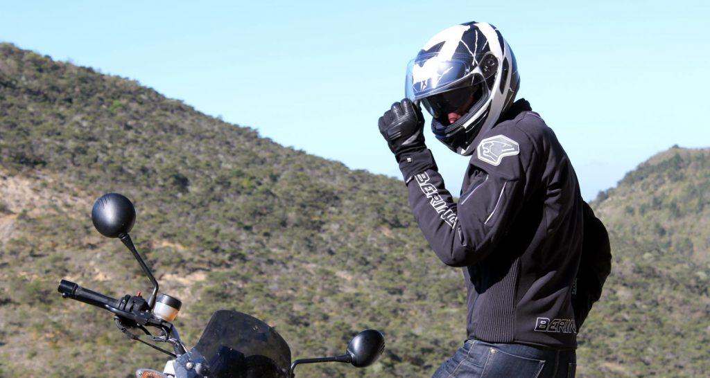 Pour sépargner un déconcentration malvenue sur la route, apprenez à manipuler votre casque en statique