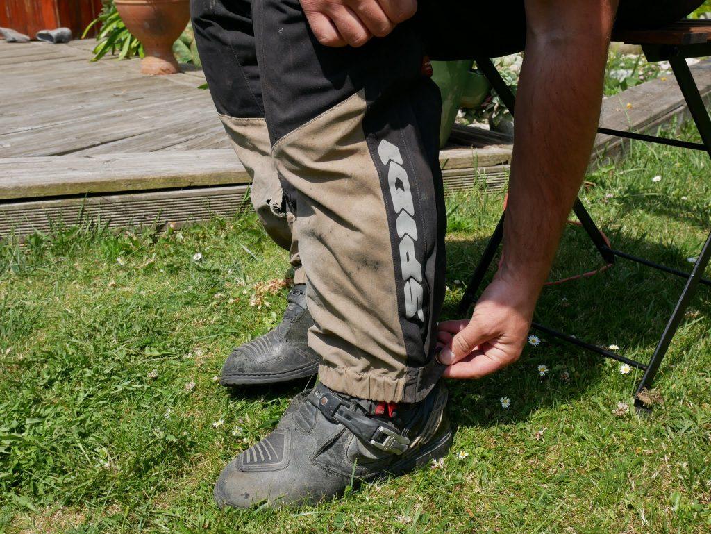 Le pantalon est bien conçu et dispose de nombreux ajustements