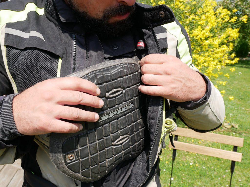 La protection pectorale Spidi Warrior Chest dispo en option est pratique et protectrice