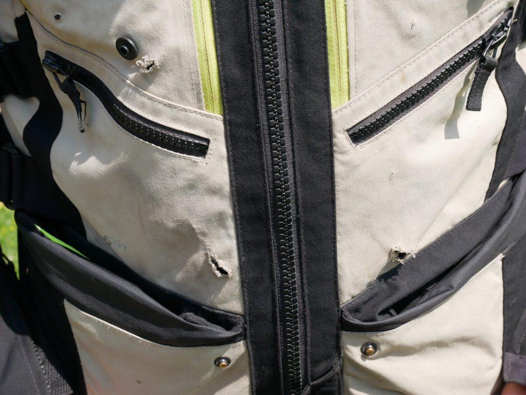 30000 km de pistes et de routes ont mis à mal le tissu de la veste Spidi 4Season