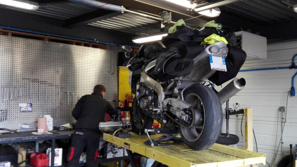 Passage au garage et montage des pneus Metzeler M7RR !