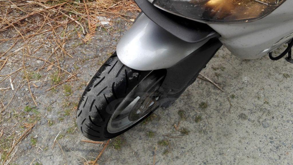 Un pneu neuf Metzeler M7RR à l'avant !