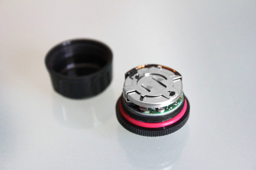 Pas de batterie mais une pile bouton CR2032 longue durée et pas chère. Fobo annonce deux ans d'autonomie !