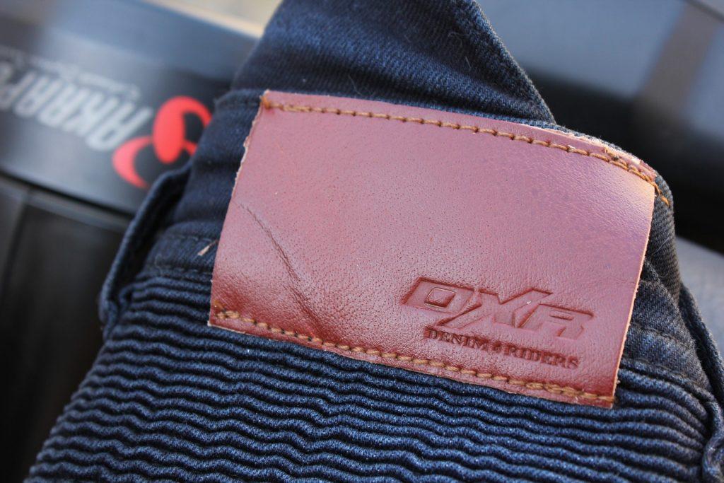 détail étiquette ceinture jean DXR Boost
