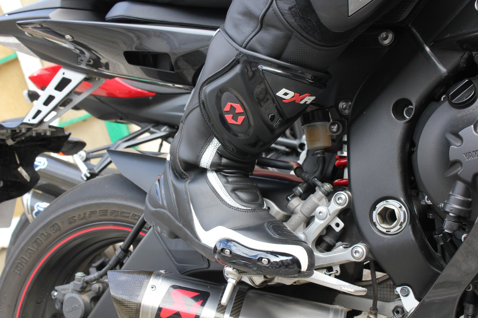 DXR Code - vue avant droite avec pantalon Dainese yamaha R6