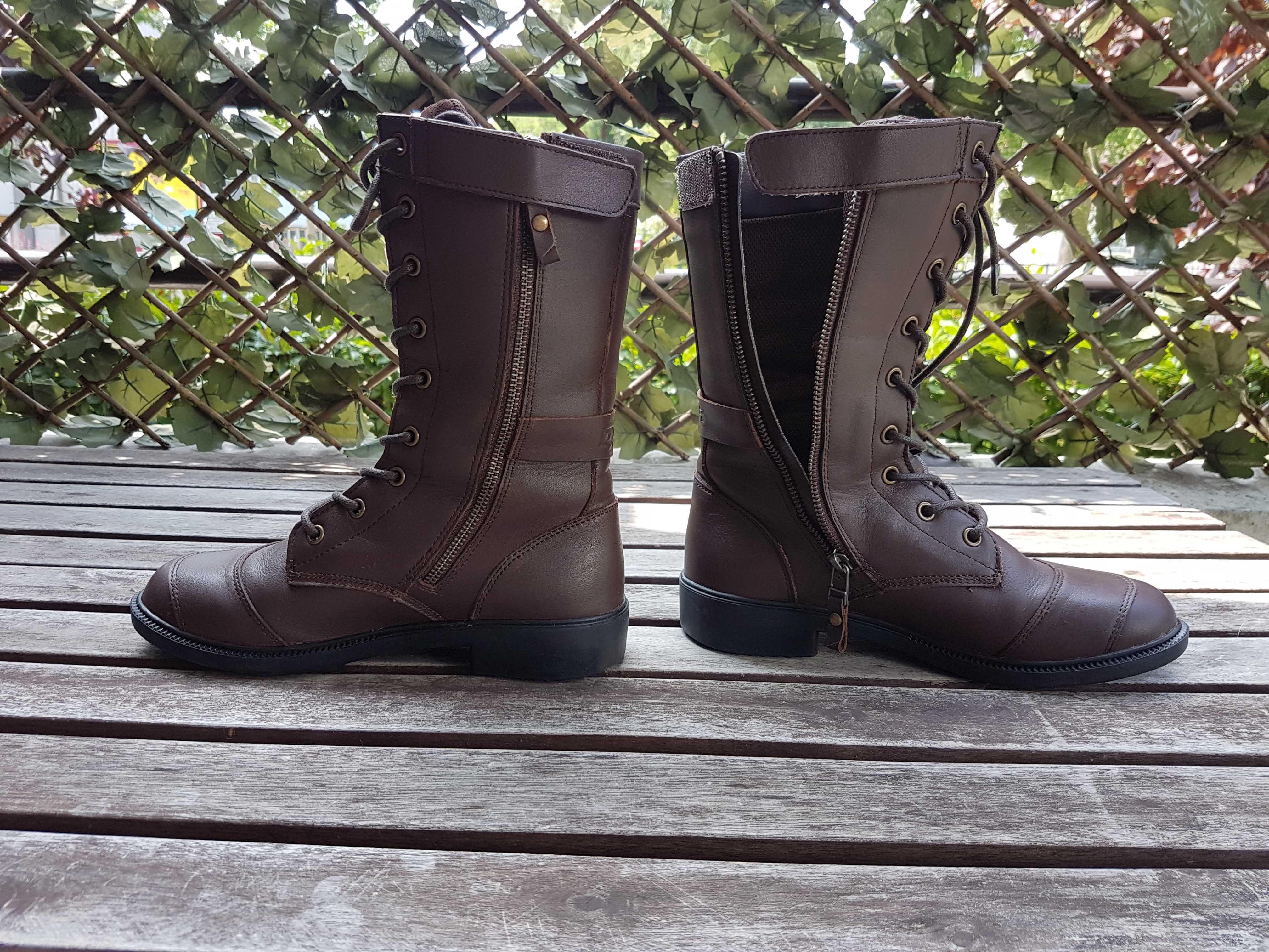Les demi-bottes Nazka possèdent une fermeture éclair pour faciliter l'insertion du pied ainsi qu'un scratch pour protéger la tirette.