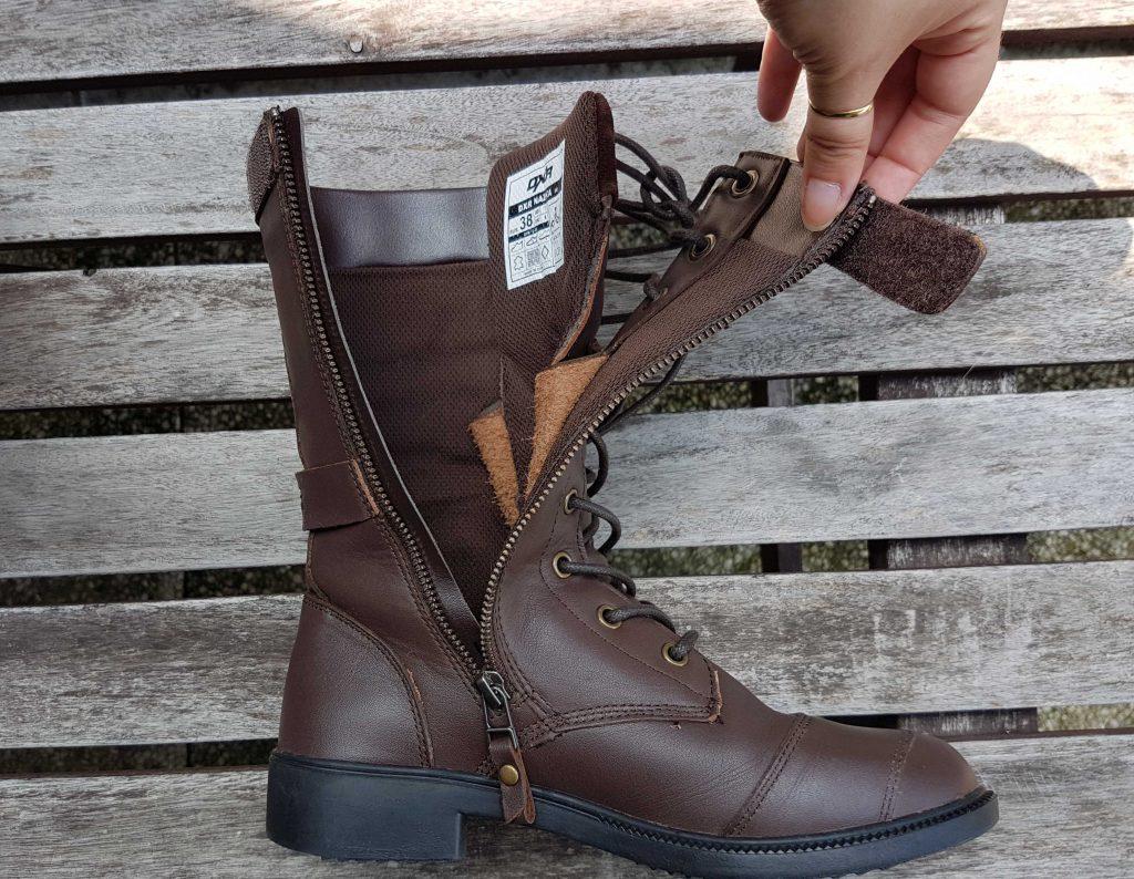 La languette des DXR Nazka possède des ailettes de cuir qui la relient au reste de la chaussure pour éviter qu'elle ne bouge trop.