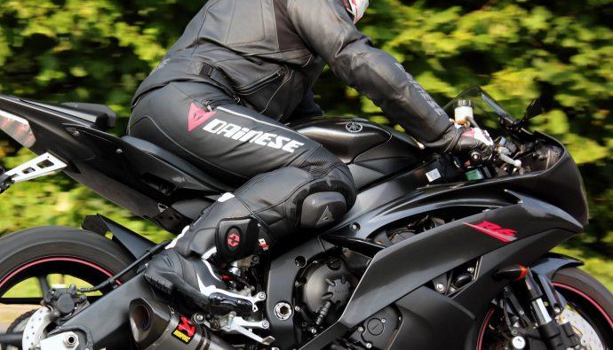 Essai du pantalon Dainese Delta Pro C2 avec les bottes DXR Codes et le blouson Dainese Avro C2 sur Yamaha YZF-R6