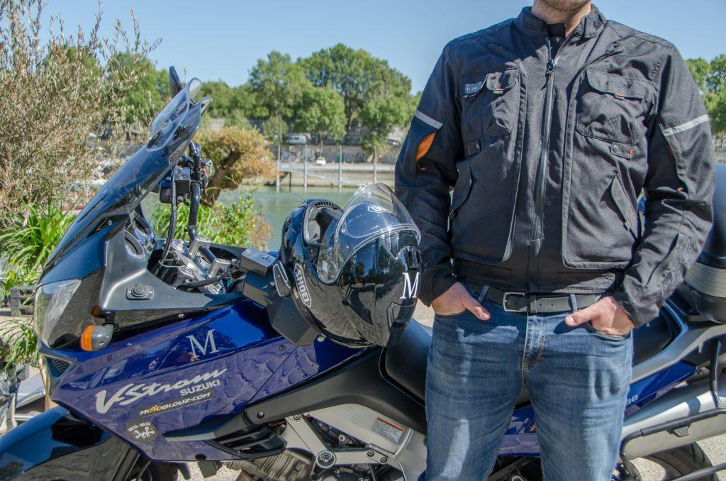 Le blouson DXR D-Jacket avec ses aérations en position fermées