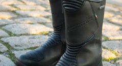 Les Gaerne black rose goretex sont l'accessoire indispensable lorsque l'on est sur une moto. Elles sont faciles à enfiler, maintiennent et protègent les articulations sensibles tout en étant restant féminines et confortables.