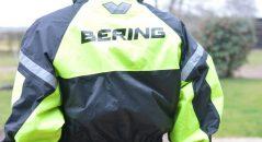 Le fluo rend la combi Bering Iwaki très visible, de face comme de dos