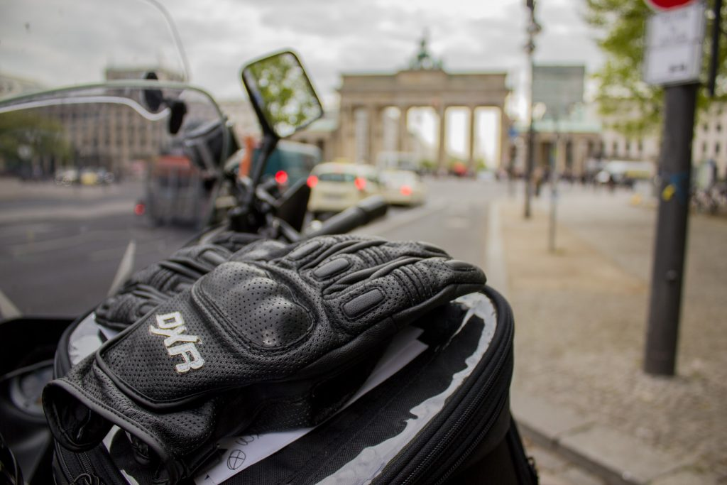 Les gants DXR Puncher du Motarologue sur le réservoir de sa V-Strom