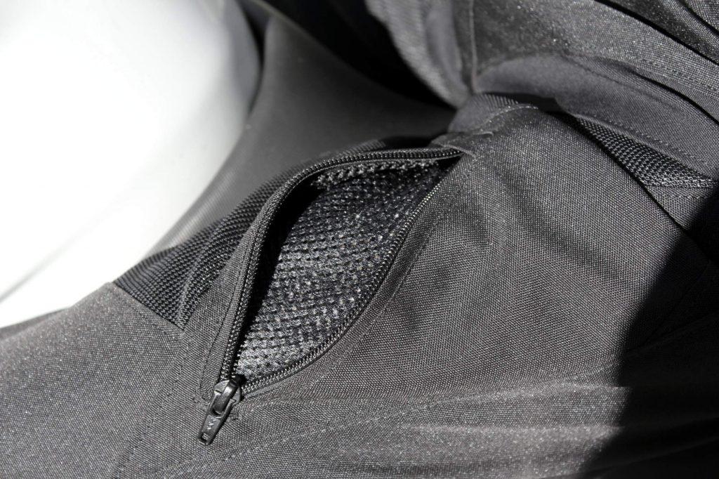 Les poches sur les cuisses peuvent être utilisées comme zips de ventilation supplémentaires