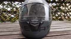 Vu de face, le casque Astone GT 900 fait valoir son écran bien large. Vous avez dit sale ?