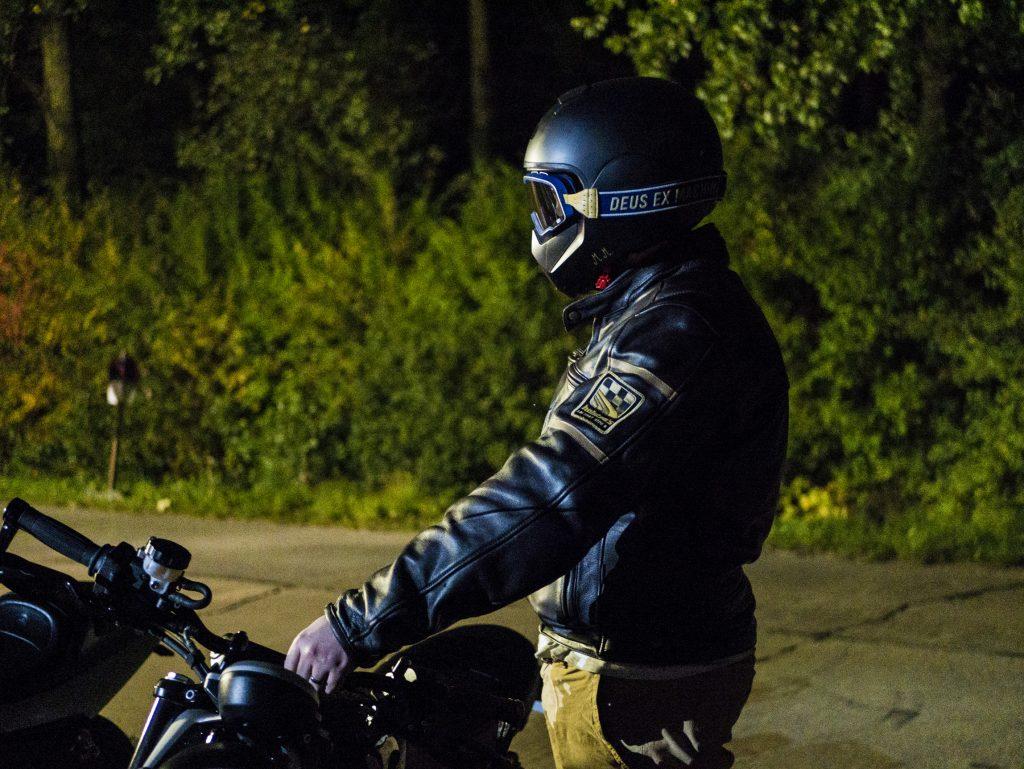 Photo devant le relais motard «La Cloute» à moins de 10 degrés en blouson en cuir Helstons Benji Fender.