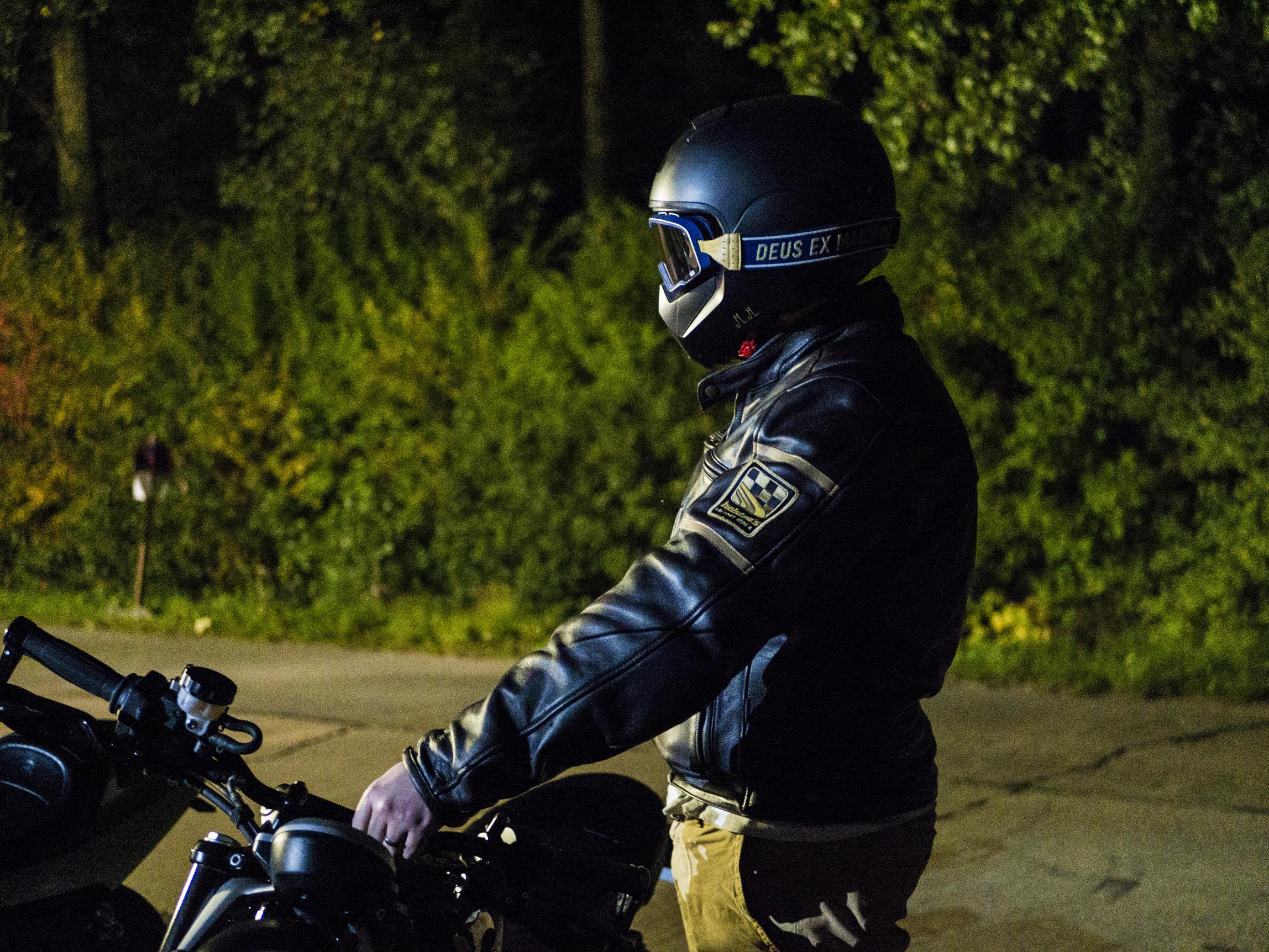 Photo devant le relais motard