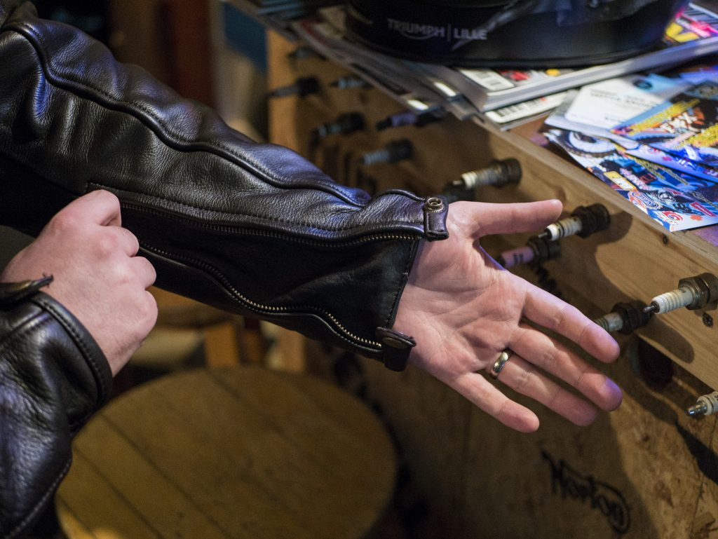 Zip ouvert de la manche du blouson en cuir Helstons Benji Fender