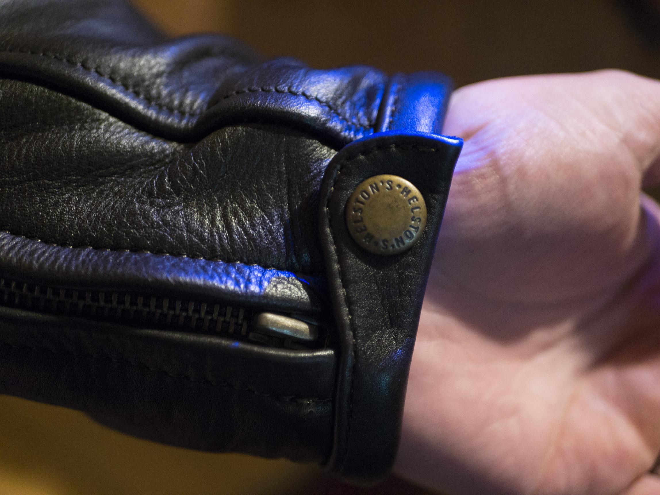 Bouton pression de la manche du blouson en cuir Helstons Benji Fender