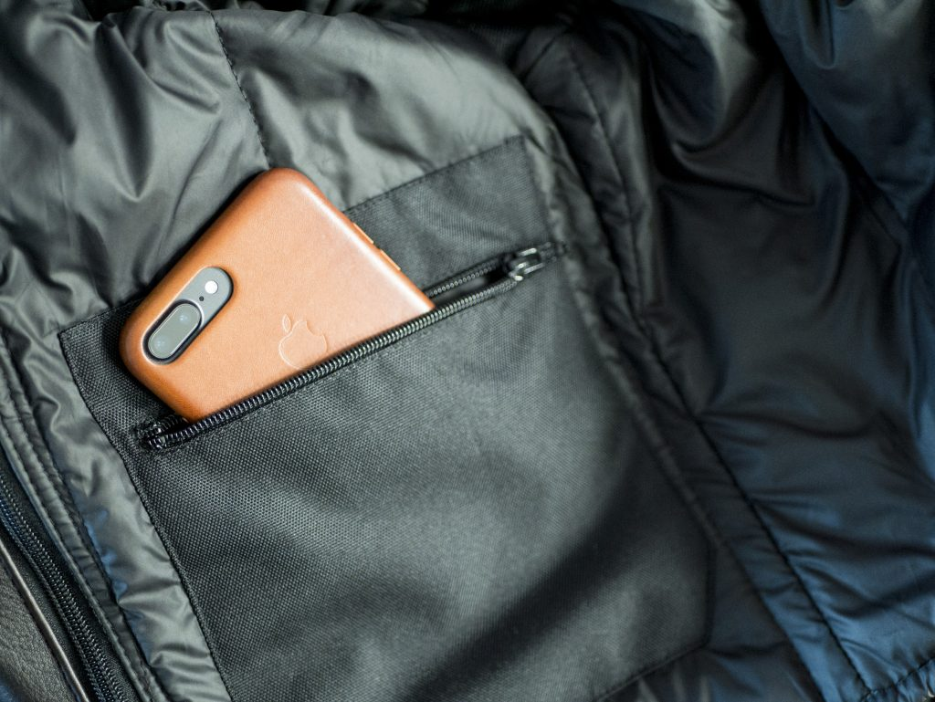 Un iPhone 7 Plus dans la poche intérieure droite de la doublure du Helstons Benji Fender