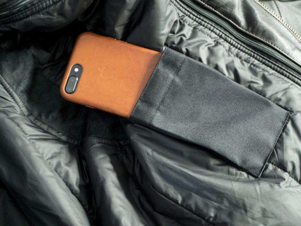 Un iPhone 7 Plus dans la poche intérieure gauche de la doublure du Helstons Benji Fender