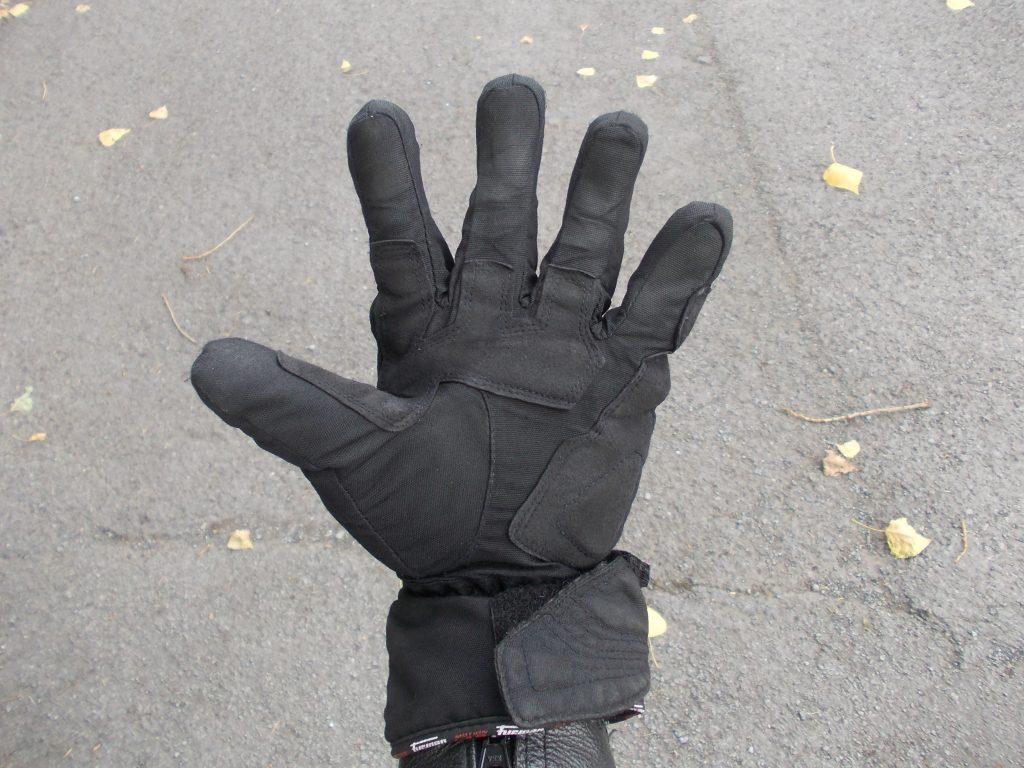 La courbure naturelle des doigts est préformée.