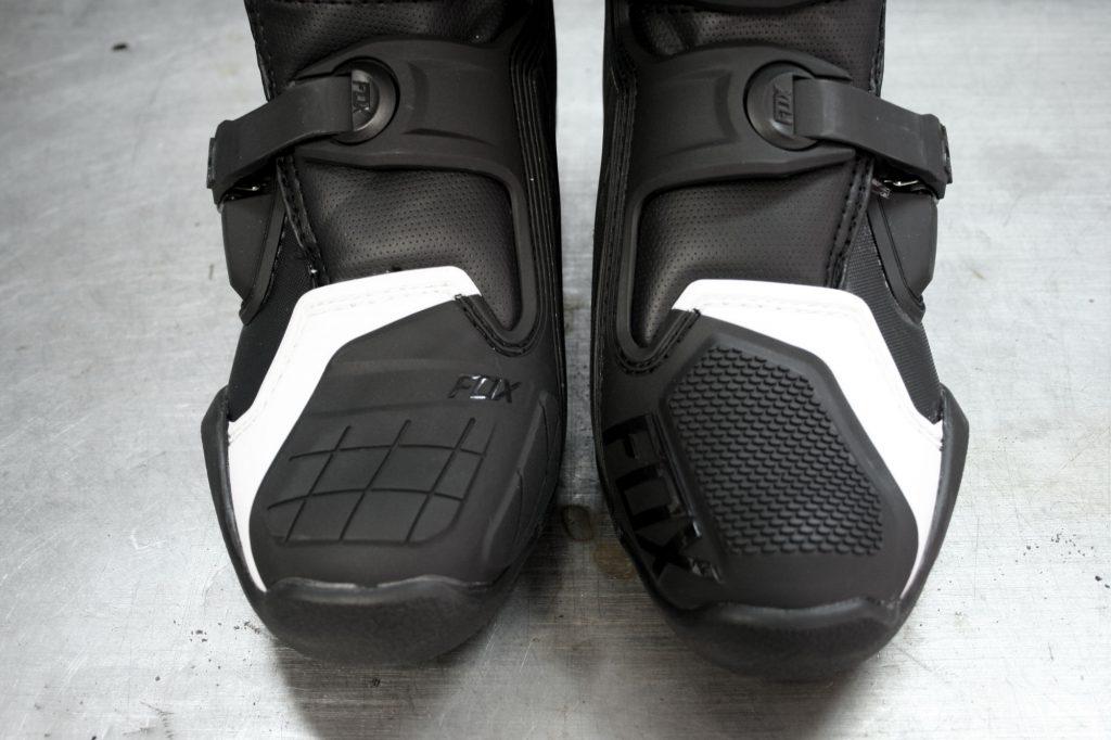 Les renforts au niveau des orteils sont différents entre le pied droit et le pied gauche pour s'adapter parfaitement au sélecteur