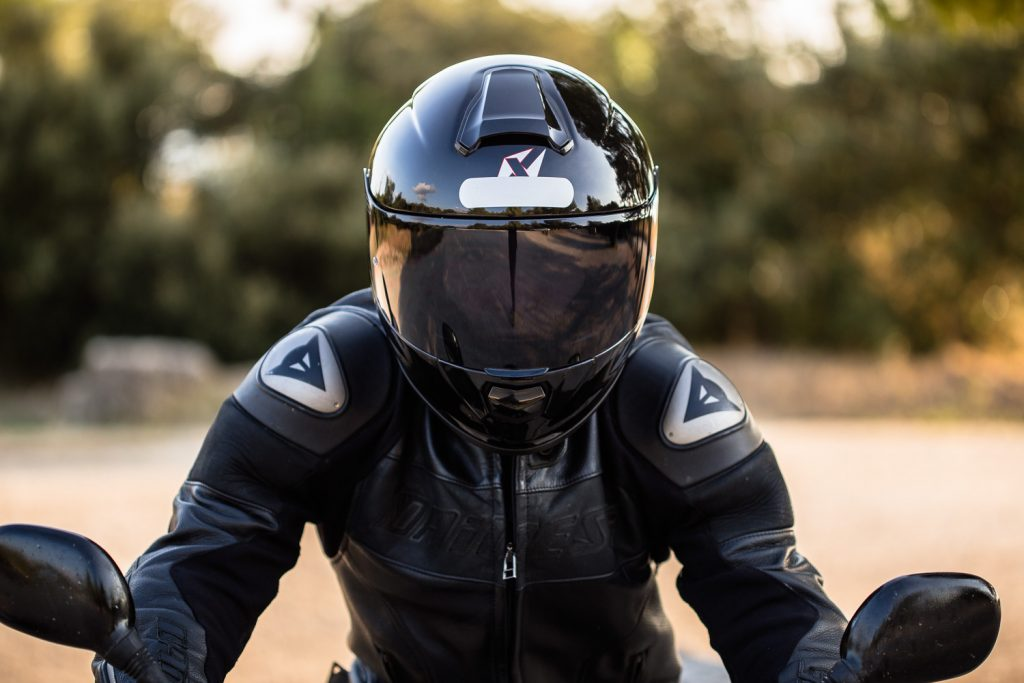Casque Dexter Atome Fibre – Vue de face sur pilote