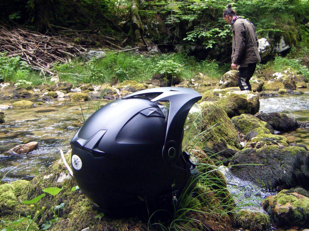 Le déflecteur d'air, les ventilations ainsi que les grilles d'aération confèrent à ce casque un look soigné