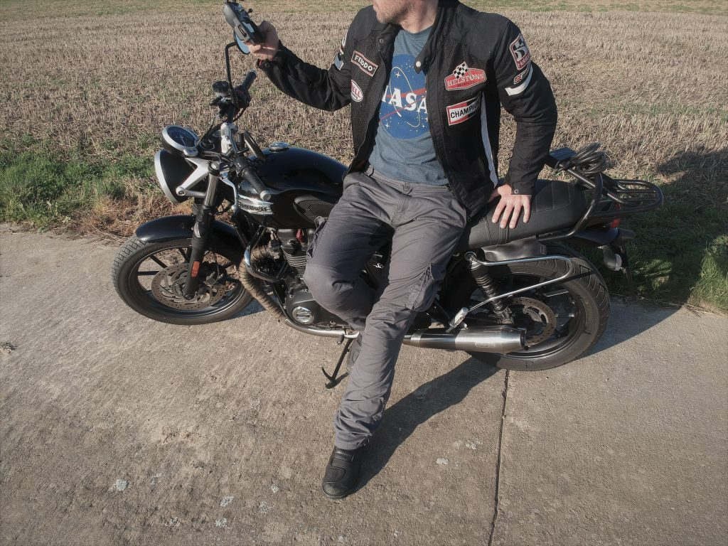 Un petit look mécano avec ce pantalon moto DXR Rust