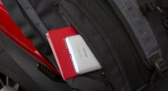 Une petite pochette zippée est située à la base du dos, idéale pour vos papiers et votre téléphone